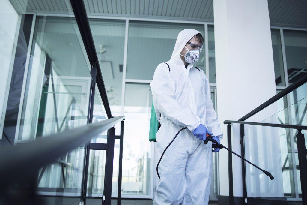 Hombre desinfectando